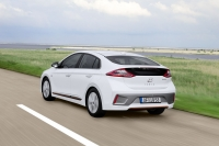 Hyundai IONIQ Electric kontra Plug-In na trasie w teście The Straight Pipes